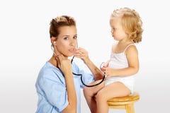 Педиатрическая маленькая девочка экзамена с стетоскопом Стоковое Изображение
