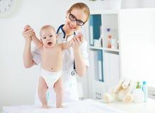 Педиатр доктора и пациент младенца Стоковое Фото