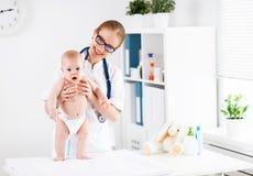 Педиатр доктора и пациент младенца Стоковая Фотография
