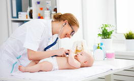 Педиатр доктора и пациент младенца Стоковое фото RF