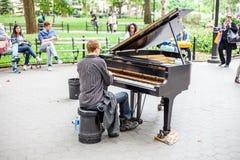 Пианист в парке Нью-Йорке квадрата Вашингтона Стоковая Фотография RF