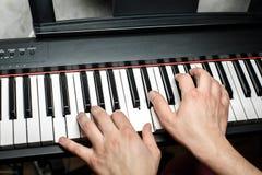 Пианист играет рояль Руки ` s пианиста близко взгляд сверху Стоковое Фото
