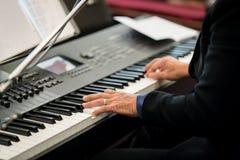Пианист играя электрический рояль Стоковые Фото