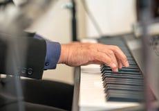 Пианист играя электрический рояль Стоковые Изображения
