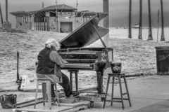 Пианист на oceanfront пляжа Венеции - КАЛИФОРНИЯ, США - 18-ОЕ МАРТА 2019 стоковые фото