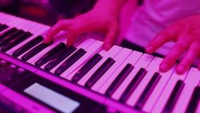 Пианист рук играя музыку видеоматериал