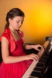 Пианист с музыкальным инструментом рояля классическим Стоковые Фотографии RF