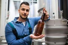 Пивная бутылка испытания винзавода Стоковая Фотография