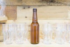 Пивная бутылка и стекла на полке Стоковое Изображение RF