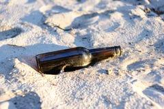 Пивная бутылка на песке стоковая фотография rf