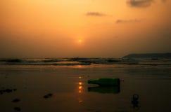 Пивная бутылка на пляже Стоковые Изображения