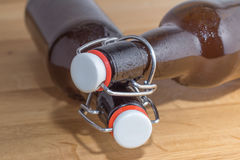 2 пивной бутылки с крышками крышки провода Стоковые Изображения