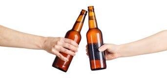 Пивные бутылки делая здравицу Стоковые Изображения