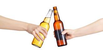 Пивные бутылки делая здравицу Стоковое Изображение