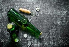 Пивные бутылки и консервооткрыватель стоковое изображение