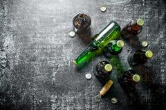 Пивные бутылки и консервооткрыватель стоковое фото