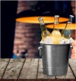 Пивные бутылки на льде в ведре на запачканный Стоковые Изображения