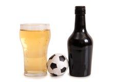 Пивные бутылки и футбол Стоковые Изображения RF
