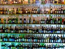 Пивные бутылки от различных стран стоковая фотография rf