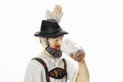 Пиво баварского figurine выпивая от глиняной кружки пива Стоковые Фотографии RF