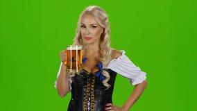 Пиво баварской девушки выпивая зеленый экран акции видеоматериалы