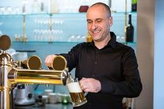 Пиво бара нежное заполняя от насоса бара Стоковая Фотография RF