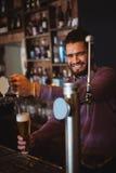 Пиво бара нежное заполняя от насоса бара Стоковые Фото