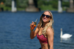 Пиво белокурой девушки фитнеса выпивая на реке Стоковые Фотографии RF