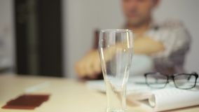Пиво бизнесмена лить и выпивая в офисе после трудной работы B акции видеоматериалы