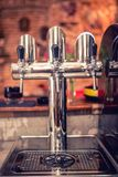 Пиво выстукивает на ресторане, баре, пабе или бистро Детали конца-вверх проекта пива выстукивают в ряд на счетчике бармена в баре стоковое фото rf