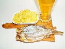 Пиво, высушенная рыба, обломоки Стоковая Фотография