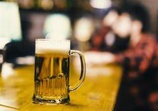 Пиво в бакалее Стекло с свежим пивом проекта лагера с пеной, концом вверх Стекло заполнило с холодным вкусным пивом в пабе Стоковое Изображение RF