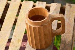 Пиво в деревянной кружке Стоковые Фотографии RF