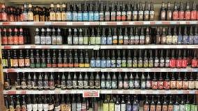Пиво в магазине стоковые изображения