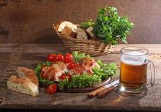 Пиво в прозрачной кружке и загонщиках цыпленка в представленном беконе Стоковая Фотография RF