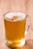 Пиво в стекле кружки на деревянной таблице Стоковые Изображения RF