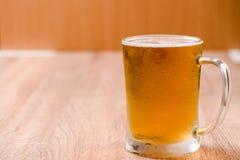 Пиво в стекле кружки на деревянной таблице Стоковое Фото