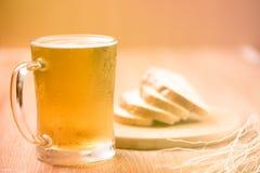 Пиво в стекле кружки с хлебом на деревянной таблице Стоковое Фото
