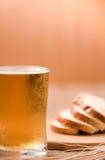 Пиво в стекле кружки с хлебом на деревянной таблице Стоковое Изображение RF