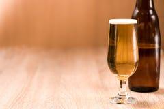 Пиво в стекле на деревянной таблице Стоковое Изображение RF