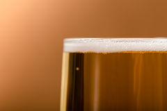 Пиво в стекле на деревянной таблице Стоковое Изображение