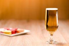 Пиво в стекле на деревянной таблице Стоковые Фотографии RF