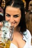 Пиво девушки выпивая на Oktoberfest стоковые фотографии rf