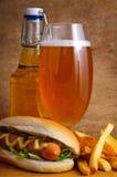 пиво жарит горячую сосиску стоковое изображение