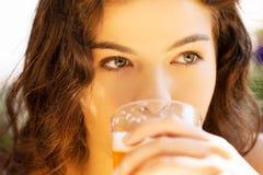 Пиво женщины выпивая на кафе. Стоковые Фотографии RF
