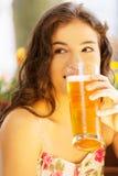 Пиво женщины выпивая на кафе. Стоковые Изображения RF