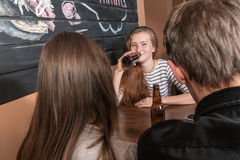 Пиво женщины выпивая от бутылки Стоковая Фотография