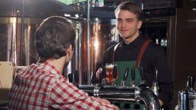 Пиво жизнерадостного бармена лить для его клиента акции видеоматериалы