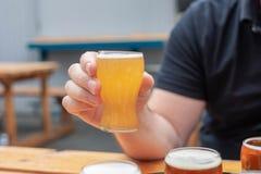 Пиво забора человека на brewfest стоковые фото
