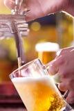 Пиво заполняя вверх Стоковое Изображение